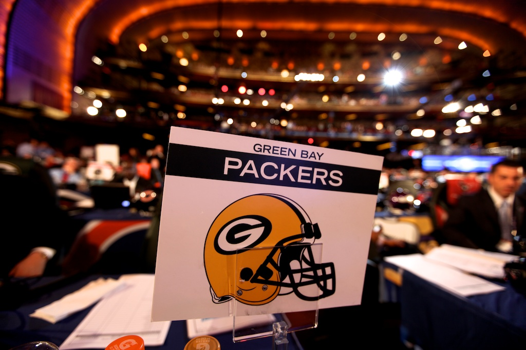 <div class='photo-info'><span class='counter'>10 of 50</span>Posted Apr 29, 2011</div><div class='photo-title'>Packers Draft Table</div><div class='photo-body'>2011 NFL Draft at Radio City Music Hall on April 28, 2011 in New York, NY</div>