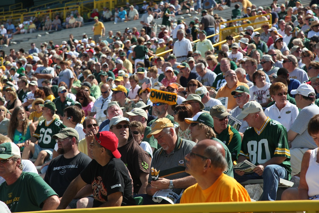 <div class='photo-info'><span class='counter'>14 of 24</span>Posted Aug 01, 2010</div><div class='photo-title'>Green Bay Packer Shareholders and Fans</div><div class='photo-body'>Lambeau Awaits the Meeting</div>