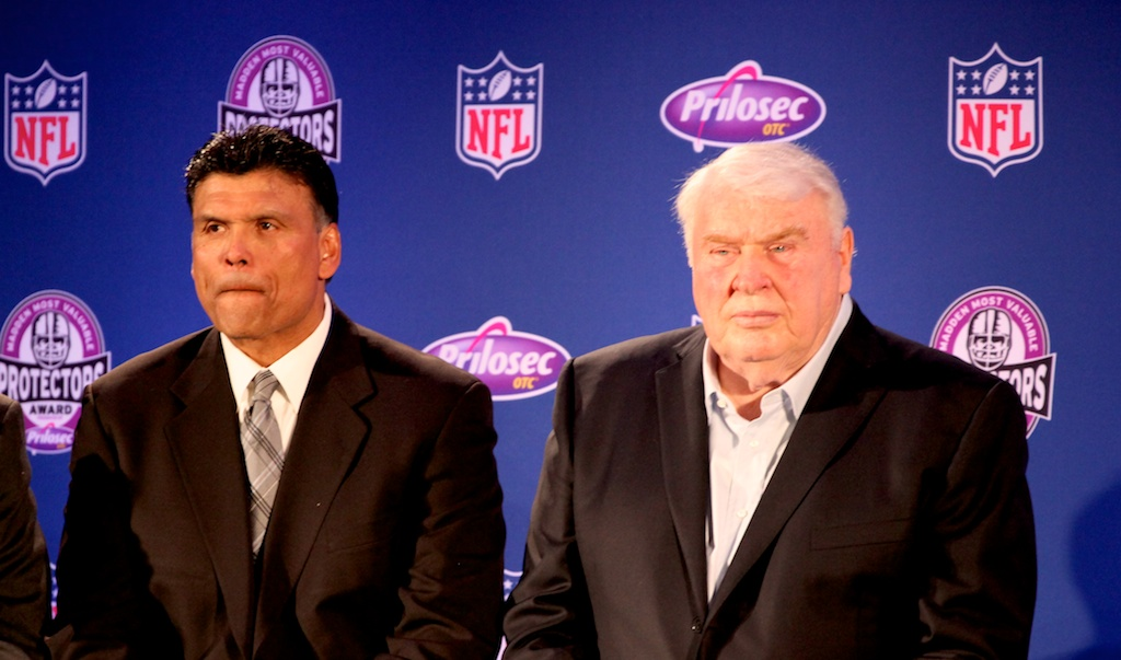<div class='photo-info'><span class='counter'>22 of 73</span>Posted Feb 04, 2011</div><div class='photo-title'>John Madden gives the O-Line Award</div><div class='photo-body'>NFL Super Bowl Media Center pics from Friday Feb 4th 2011</div>