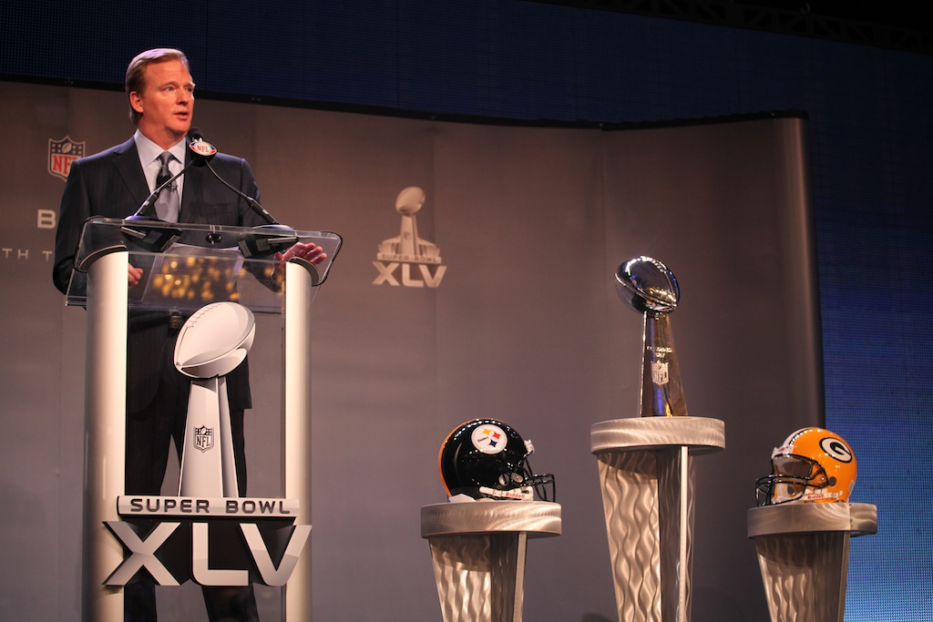 <div class='photo-info'><span class='counter'>44 of 73</span>Posted Feb 04, 2011</div><div class='photo-title'>Commissioner Goodell &amp; Lombardi Trophy</div><div class='photo-body'>NFL Super Bowl Media Center pics from Friday Feb 4th 2011</div>