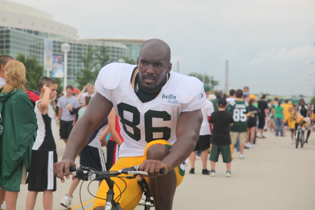<div class='photo-info'><span class='counter'>19 of 54</span>Posted Aug 03, 2010</div><div class='photo-title'>Donald Lee</div><div class='photo-body'>Tight End</div>