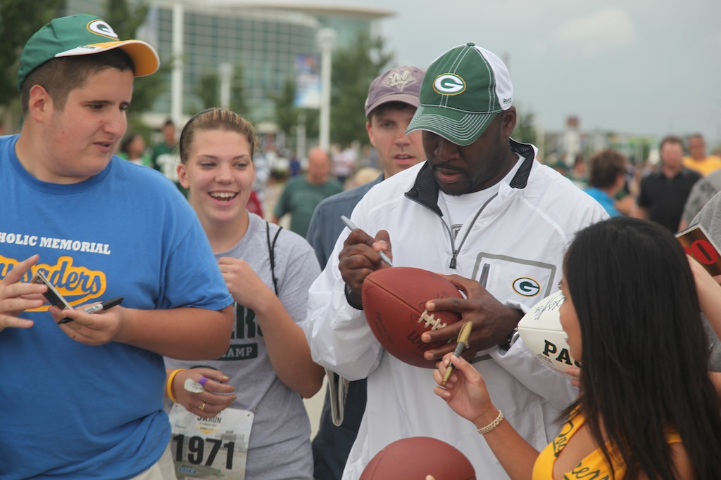 <div class='photo-info'><span class='counter'>11 of 54</span>Posted Aug 03, 2010</div><div class='photo-title'>Edgar Bennett signs autographs</div><div class='photo-body'>Packer's Running backs coach and Former Packer Running Back</div>